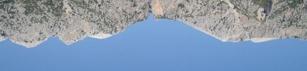 immagine rovesciata di profili di monti intorno a Siniscola